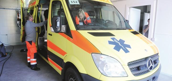 """Neatliekamās medicīniskās palīdzības (NMP) dienesta automašīnas atklātajā NMP Rīgas reģiona brigāžu atbalsta centra """"Centrs"""" operatīvo medicīnisko transportlīdzekļu apkopes garāžā."""